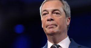 Nigel Farage sloopt eurocraten tijdens schijnproces tegen Hongaarse premier Orban. Bekijk hier de beelden