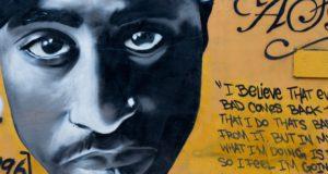 Tupac leeft nog en woont in Maleisië. Volgens de zoon van deze bekende platenbaas is de Illuminati betrokken bij de cover-up
