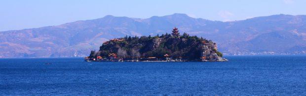 Op de bodem van het Fuxian-meer bevindt zich een piramidestad die ouder is dan het meer zelf. Door wie is deze stad gebouwd?