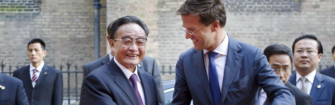 Rutte geeft het geld lachend weg aan vriendjes en belangengroepen. Waarom de economie groeit, maar uw portemonnee krimpt