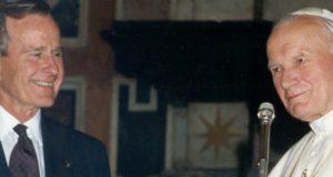 Plaatsvervangend onderminister onder president George H.W. Bush: Hij 'groomde en speelde met' jonge jongens. Kijk video