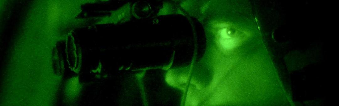 Piloot spot mysterieus vliegend object boven Las Vegas met nachtkijker. Luister naar de reactie van de luchtverkeersleiding
