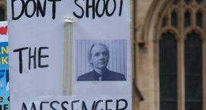 Amerikaanse leger slacht onschuldige burgers en journalisten af. Dankzij Julian Assange zou de wereld dit nooit te weten zijn gekomen