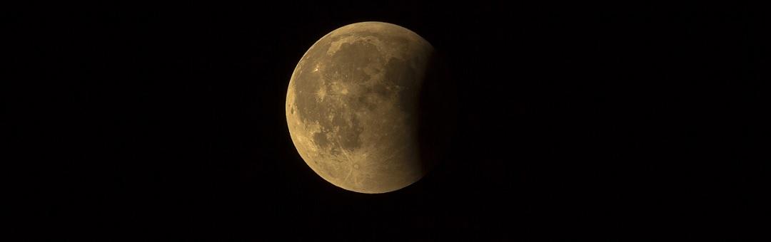 Er komen vreemde flitsen uit de maan, en wetenschappers hebben geen idee waarom. Wat is hier aan de hand?