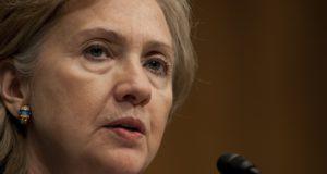 Hillary Clinton, je hebt hele landen en miljoenen levens verwoest. Kom van je troon af. Kijken: presidentskandidaat trekt van leer