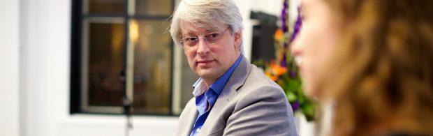 NOS-baas (wij zijn volstrekt onafhankelijk) opent aanval op FvD en PVV, en krijgt koekje van eigen deeg