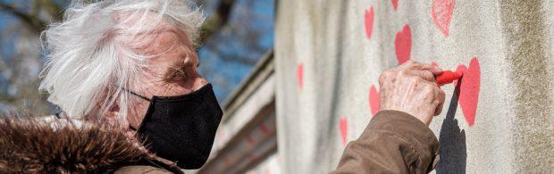 """93-jährige Holocaust-Überlebende nennt endlose Abriegelungen """"schlimmer"""" als Nazi-Deutschland"""