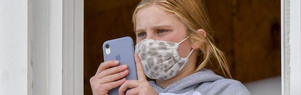"""Kleines Mädchen protestiert vehement gegen Mundschutzpflicht in der Schule: """"Kinder ersticken""""."""