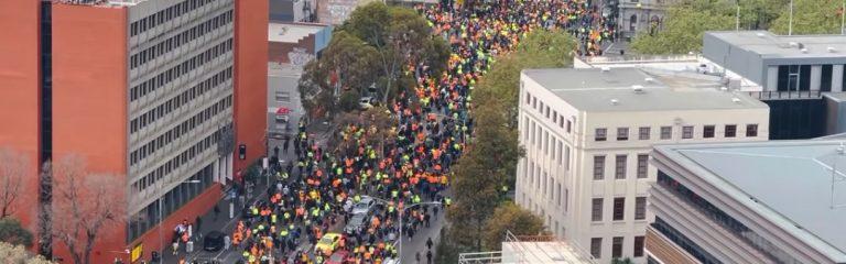 """""""Wir scheißen auf die Impfung, es lebe Australien"""": Zehntausende protestieren in Melbourne und bringen Verkehr zum Stillstand"""