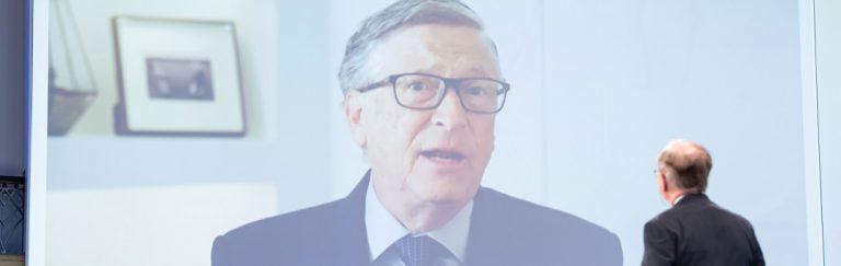 """Bill Gates zum Abendessen mit Boris Johnson und die Menge skandiert """"Verhaftet Bill Gates"""""""